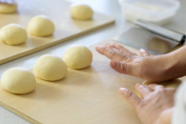 パンの整形 生地を丸める